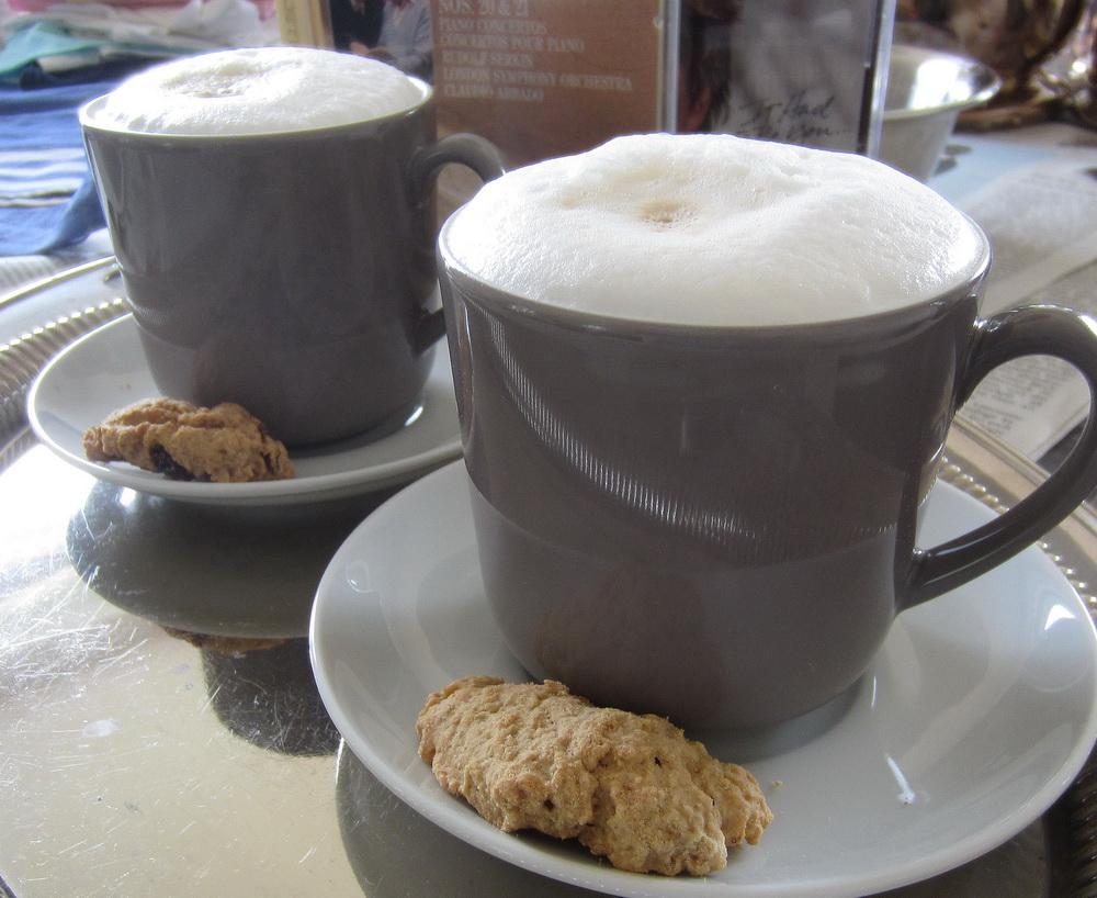 die Tasse Kaffee vor dem Silber putzen